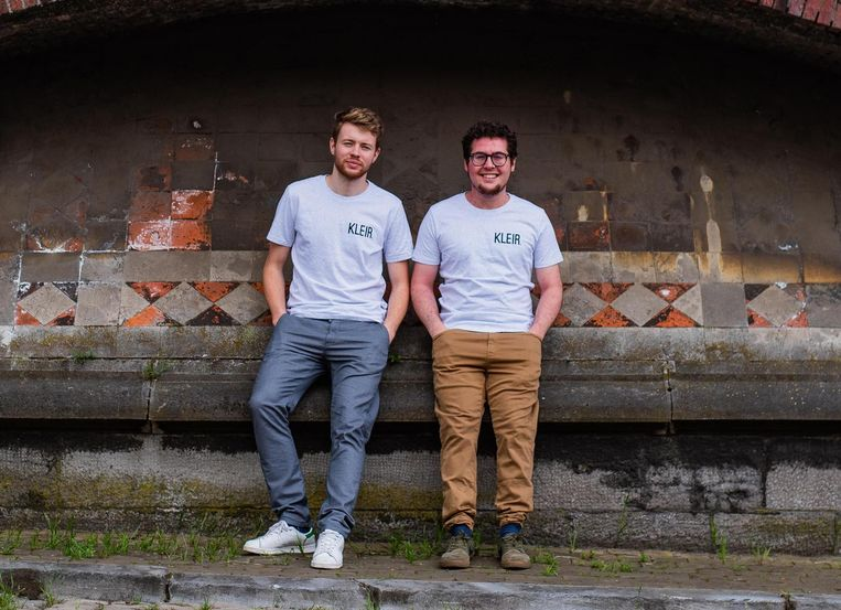 Mathias en Nick met een T-shirt van KLEIR.