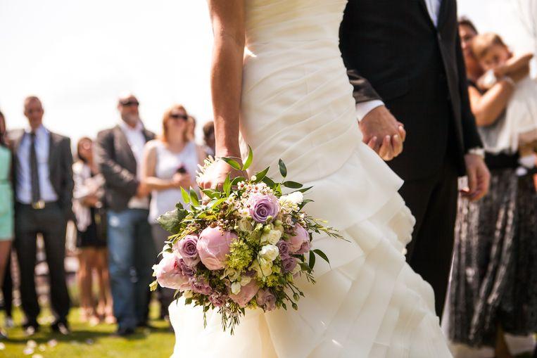 Geen idee wat je moet aantrekken voor dat trouwfeest? Wij geven uitleg bij de verschillende dresscodes.