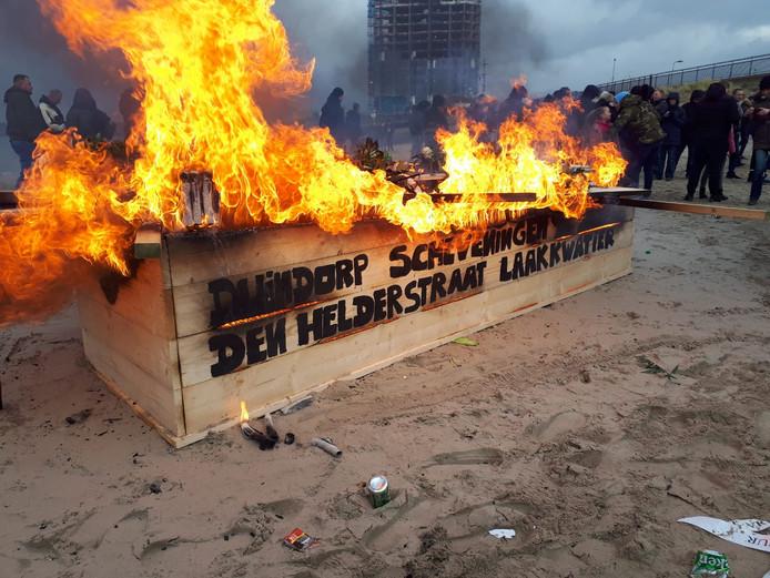 Een kist wordt symbolisch in brand gestoken.
