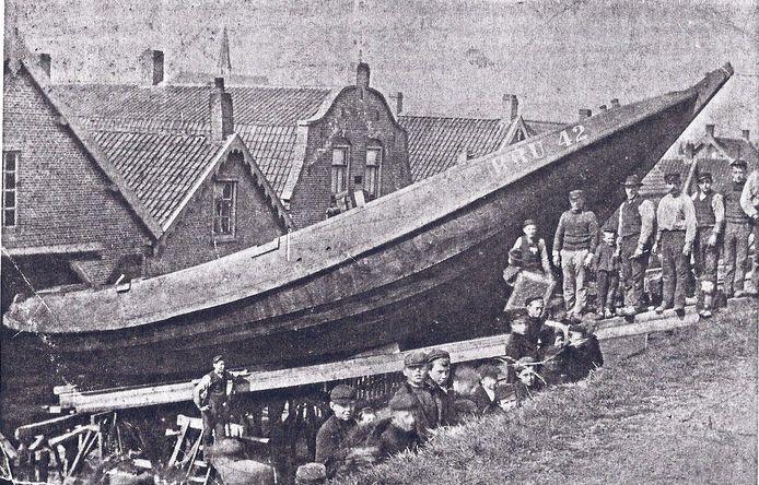 De nieuwe hoogaas BRU 42 wordt over de kruin van de dijk gesleept op de Van Duivendijk scheepswerf in Bruinisse, 1906.