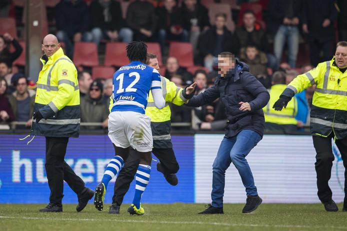 De Graafschap-speler Myenty Abena (12) wordt belaagd door supporters van Go Ahead Eagles.