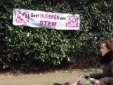 Poster van 50-Plus Den Bosch hangt weer in de heg van de lijsttrekker Hernández
