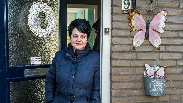 Karin Welgraven, op de drempel van haar huis. Beeld Koen Verheijden