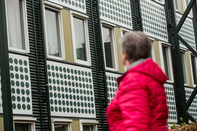 Connie Nuijten uit Bergen op Zoom kijkt bij het verpleeghuis naar het raam van de kamer waar haar man zit.