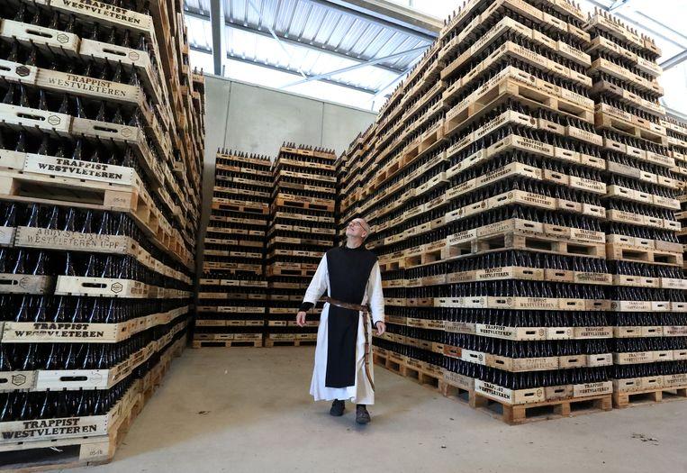 Broeder Godfried tussen de bakken Westvleteren in de brouwerij van de Sint-Sixtusabdij.