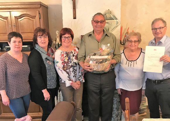 Christine en Hubert kregen geschenken overhandigd door een delegatie van het gemeentebestuur.