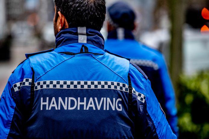 Handhavers van de gemeente Rotterdam zijn op eerste paasdag belaagd door een groep van twintig mannen.
