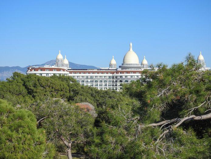 Een van de luxueuze hotels in Titreyengöl, langsheen de Turkse Riviera.