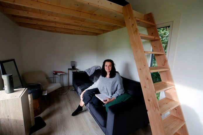 Petra Schröder in haar knusse woonkamer. ,,Meer ruimte heb ik niet nodig.''