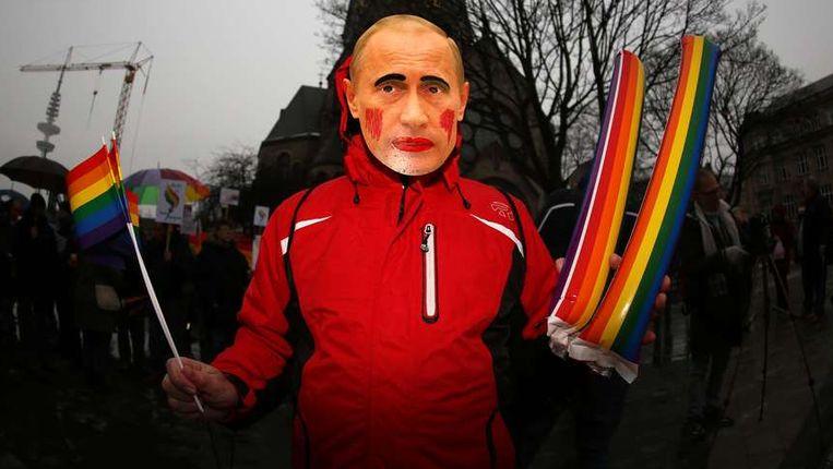 Een pro-homobetoger met een masker van de Russische president Poetin, eerder deze maand tijdens een betoging in Hamburg. Beeld afp