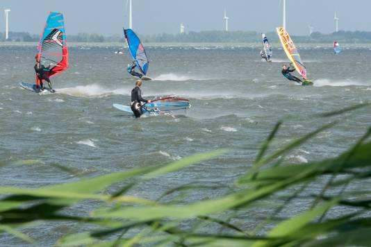 Surfers tijdens eerste herfststorm bij Stand Horst