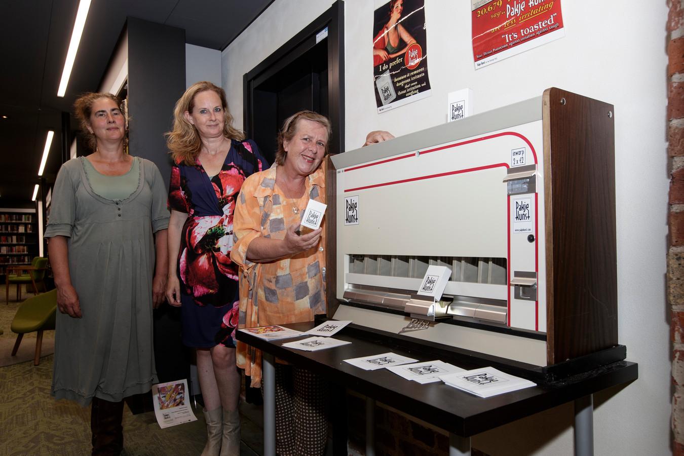 Aankomende vrijdag is de feestelijke opening van Pakje Kunst Zutphen. V.l.n.r. Nicolette Berendsen, Petra Bennis en Carien van Hest.
