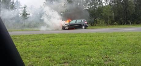 Auto vliegt in brand op Zutphenseweg
