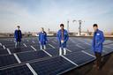 Archieffoto. Op het dak van SC (Scholencombinatie) Delfland liggen zonnepanelen. De zonnepanelen maken onderdeel uit van het lesprogramma van de school. Leerlingen Niels, Rony, Hassan en Agmed boven op het dak