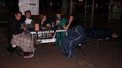 Nachtje kamperen in bushalte uit protest tegen De Lijn