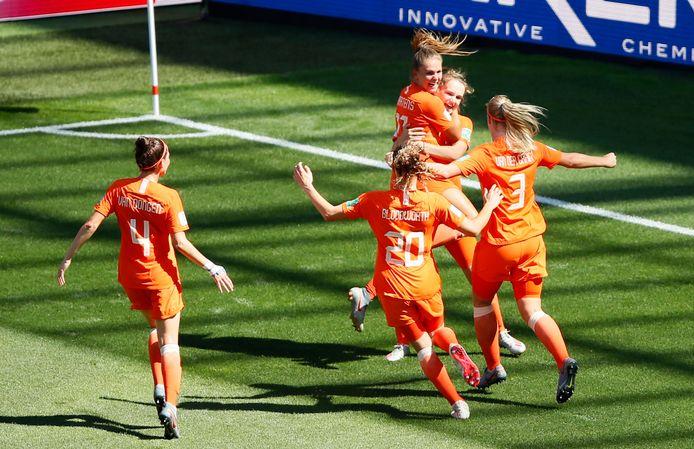Vivianne Miedema viert de 0-1 met haar ploeggenotes.