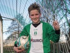 Voetbalfanaat Daan krijgt 'Kleine Erepenning' voor inzet pannakooi