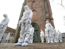 Mensen in witte pakken laten tegengeluid coronamaatregelen horen in Amersfoort