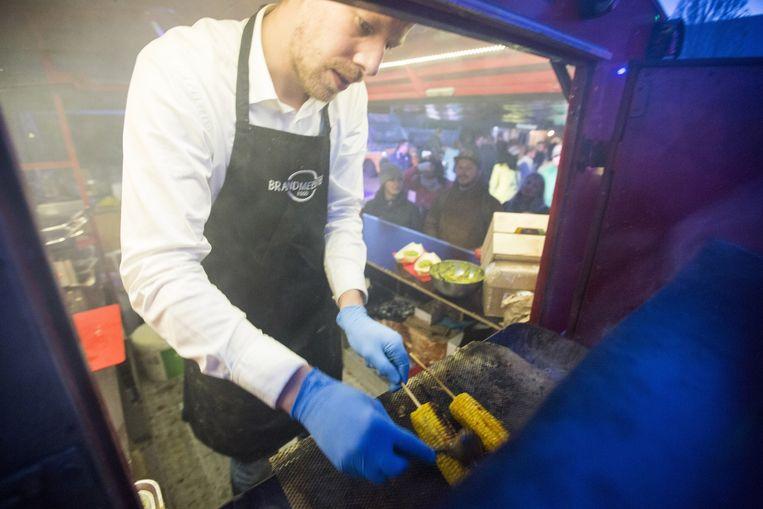 De Brandmeester maakt maïskolven klaar in zijn foodtruck. Beeld Najib Nafid
