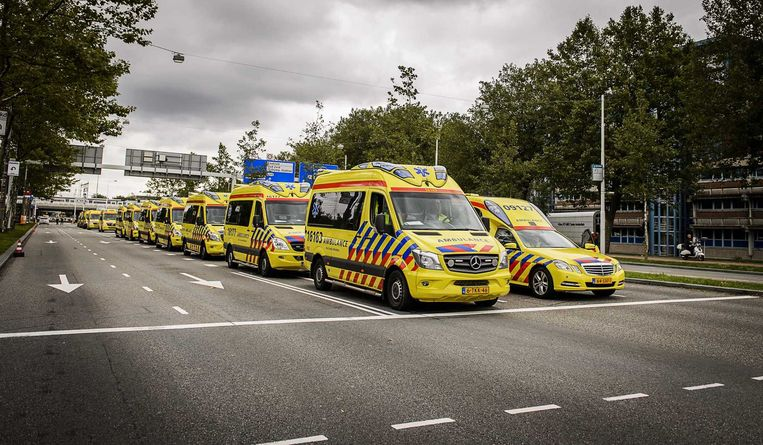 Ambulances staan klaar voor de evacuatie van patiënten vanuit het Amsterdamse ziekenhuis VUmc Beeld anp