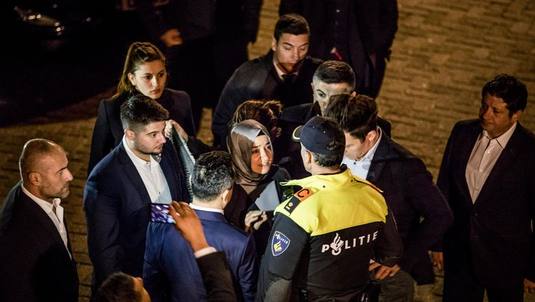 De Turkse Minister van Familiezaken, Betul Sayan Kaya, werd door de politie tegengehouden op het moment dat ze naar het Turkse consulaat wilde lopen. Beeld Freek van den Bergh