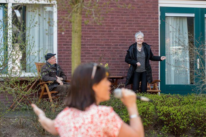 Kilke van Buren zingt voor bewoners van verzorgingshuis Walstede die vanwege het coronavirus in quantaine zitten