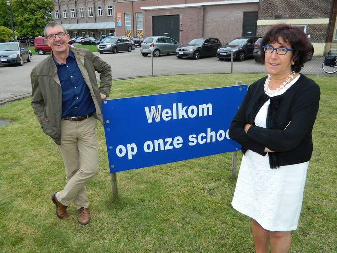 Algemeen directeur Annick Willems en Paul De Bruyckere, voorzitter van de Raad van Bestuur bij het 'Welkom op onze school'-bord.