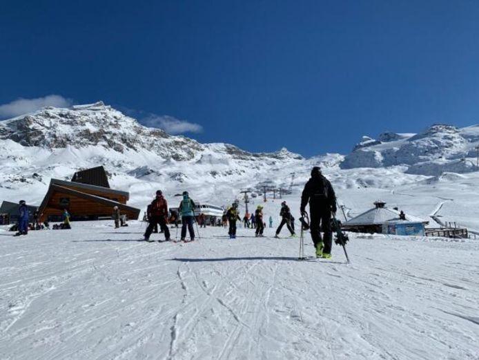 Perfecte condities in de Alpen vandaag met veel zon. Sommige skigebieden zijn vroegtijdig geopend, zoals hier in Cervinia Valtournenche.
