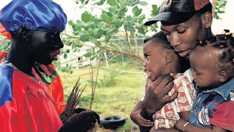 Zwarte Piet in een speeltuin in Curaçao. Beeld Catrien Ariëns