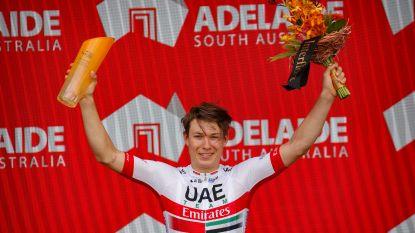 Jasper Philipsen pakt eerste World Tour-zege na diskwalificatie Caleb Ewan, die kopstoten uitdeelt in sprint