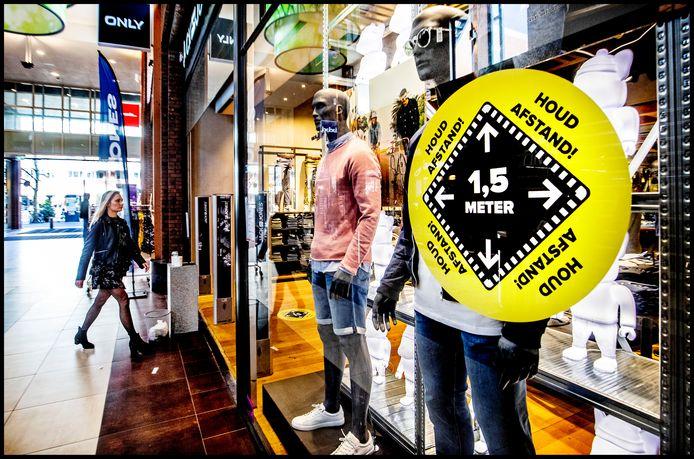 In Hoofddorp bereiden winkels zich voor op de corona-maatregelen in de anderhalve meter maatschappij.