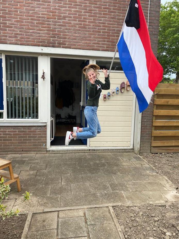 Nanet Smit (18) uit Emmeloord springt een gat in de lucht nu ze geslaagd is voor de havo. Ze start in september op hogeschool Windesheim met een opleiding bedrijfskunde.