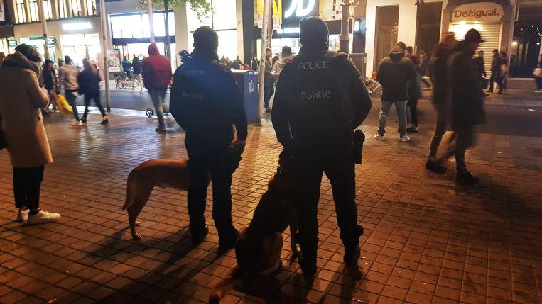 De politie pakte vrijdagavond 17 jongeren op die zouden gedreigd hebben met plunderingen op de Meir.