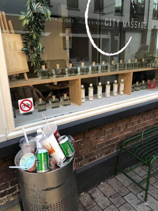 """Volle bak in de Willem II-straat. Rob van den Dobbelsteen: ,,Volgens mij het grootste probleem, te weinig bakken in de stad."""""""