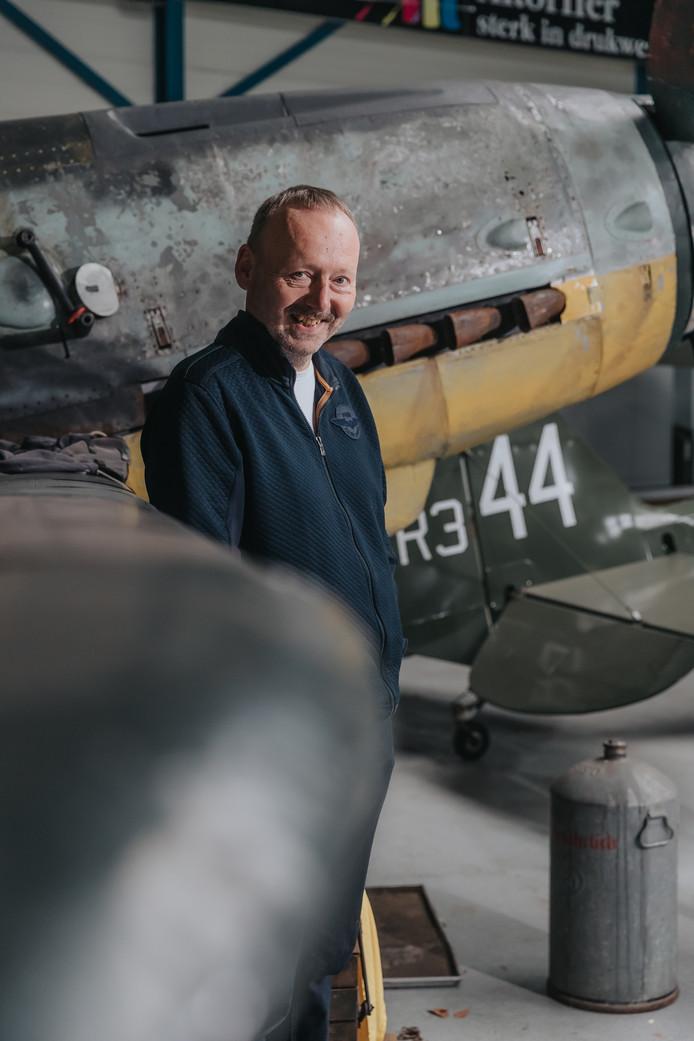 Militair-historicus Christ Klep (60), geboren en getogen in West-Brabant, bij de Duitse bommenwerper Messerschmidt ME109 in het Vliegend Museum bij Seppe in Bosschenhoofd.