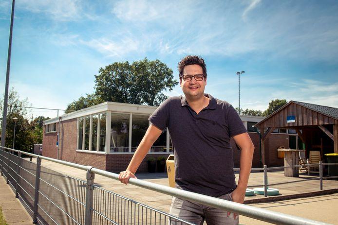 Voorzitter Sander Leemhuis van korfbalvereniging KIOS'45 uit Sibculo voor het clubgebouw.