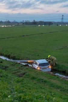 Vrouw belandt met auto in sloot bij Zijdebrug in Nieuw-Lekkerland