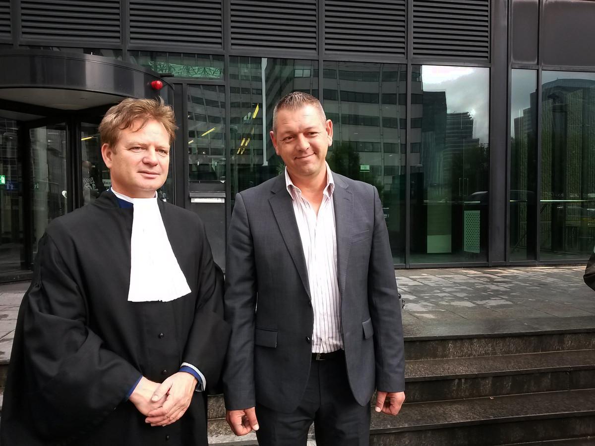Voormalig jongensprostituee Bart van Well (r) met zijn advocaat Martin de Witte