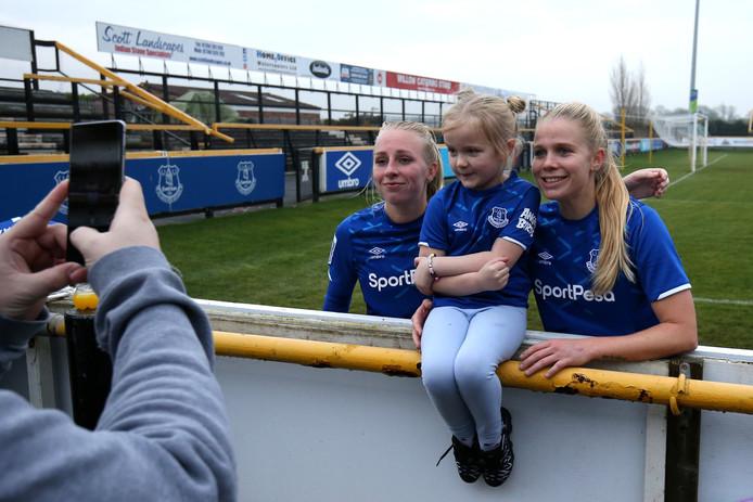 Inessa Kaagman en Kika van Es na afloop op de foto met een jonge fan.