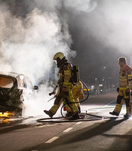 Brandweer Zwolle blust aangestoken auto op exact dezelfde plek als jaar geleden