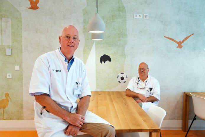 Oncoloog Bert Jan ten Tije (links) en chirurg Rogier Crolla van het Amphia Ziekenhuis.