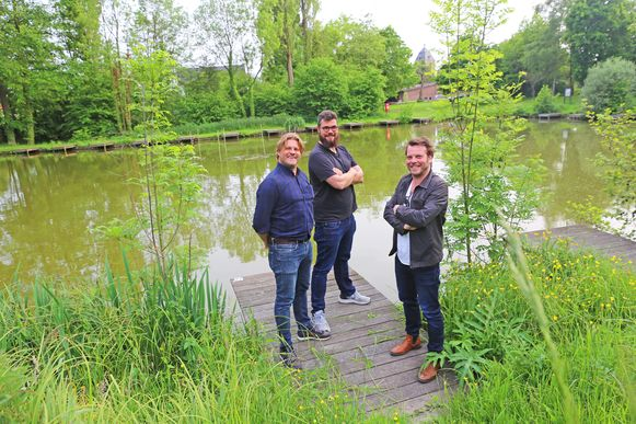 Organisatoren Didier Mestdag, Len Bogaert en Lieven Rossignol bij de pastorievijver van Hekelgem.