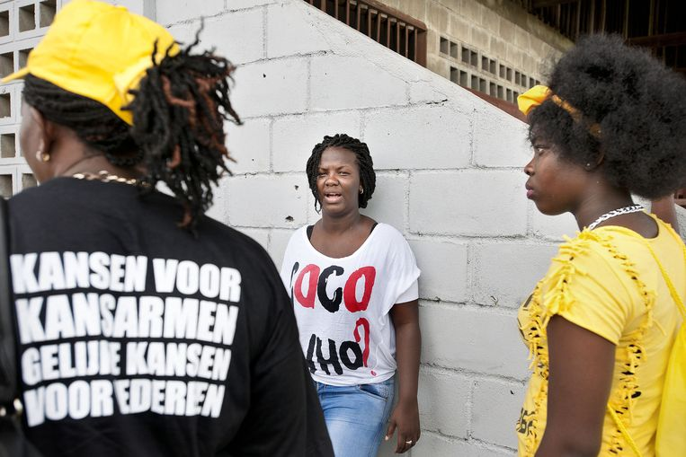 Aanhangers van de ABOP van oud-rebellenleider Ronny Brunswijk bij stembureau 250 van Paramaribo. Beeld Guus Dubbelman/de Volkskrant