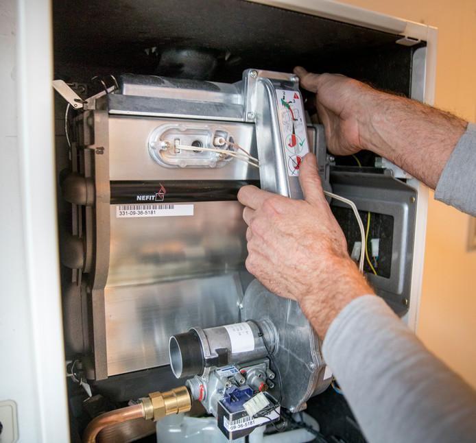 Een echte monteur checkt een cv-ketel.
