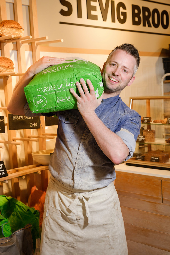 Joost van Iersel (37) is desembakker in zijn Stadsbakkerij Stevig Brood in Woerden. 'Sinds mei zijn we open, het loopt boven verwachting goed.'