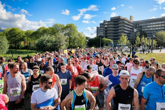 Deelnemers verzamelen zich bij de start van de Utrecht Marathon op het Utrecht Science Park