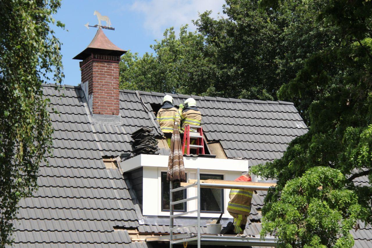 De brandweer moest de dakpannen verwijderen om de brand onder controle te krijgen.
