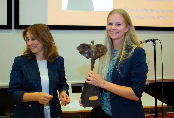Dieuwke Verkerk heeft de OnderwijsTopTalentPrijs gewonnen voor haar aandeel in het VU-onderzoeksproject 'Thuis in school'. In haar afstudeerjaar liep ze stage bij de Stichting Openbaar Onderwijs Zwolle en Regio.