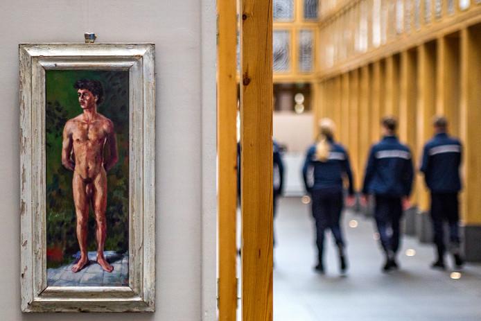 Het werk 'Mick, met oude lijst' dat eerst niet in het Deventer Stadskantoor hing, maar toen toch weer wel.  ,,Over vrouwelijk bloot wordt vaak nauwelijks moeilijk gedaan, maar mannelijk naakt kan dan opeens niet.''