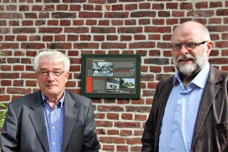 Schepen Hendrik Blommaert (Volksbelangen) en Cornelis Blommaert zijn fier op de nieuwe informatieborden.